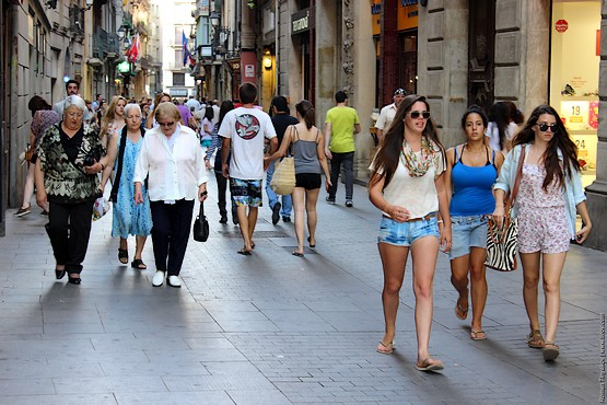 Девушки спешат рассмотреть Барселону