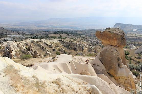 На фоне скалы в Каппадокии
