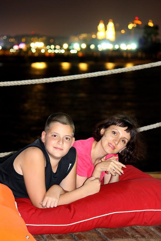 Жена с сыном на фоне Средиземноморского побережья