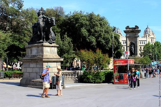 Туристы на площади Каталонии