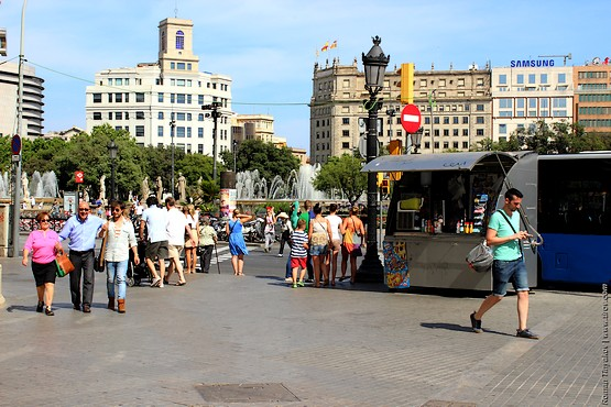 Позитивные люди на Площади Каталонии