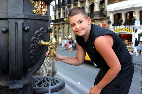 Сын у фонтана Каналетес
