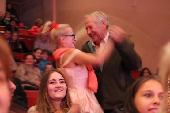 Отвлекая внимание в танце со зрителями
