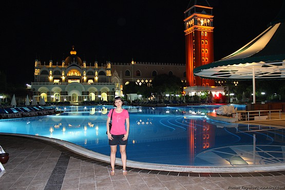 Таня у огромного бассейна в отеле Venezia Palace