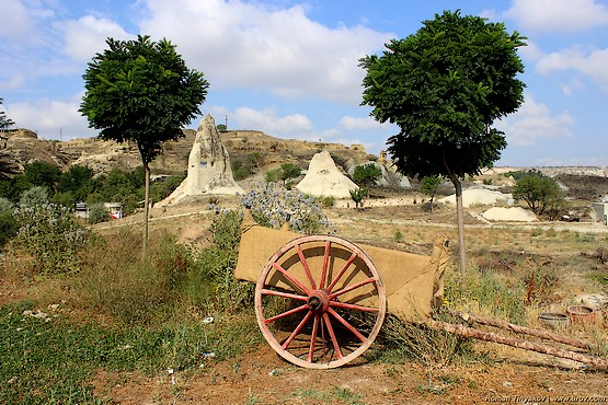 Телега с кувшинами у дороги в Турции