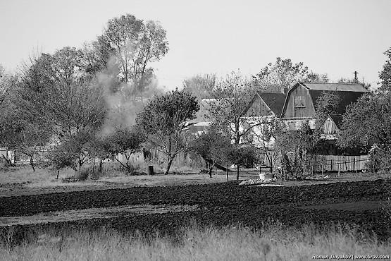 Вспаханные огороды у домов