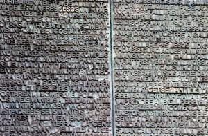 Натертые до блеска имена на медных дверях Собора Святого Семейства