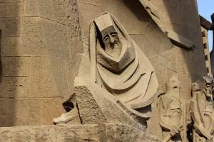 Скульптура с печальным выражением лица