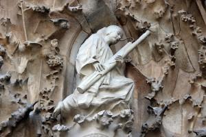 Скульптура с музыкальным инструментом
