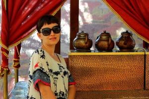 Таня на фоне трёх чайданлыков
