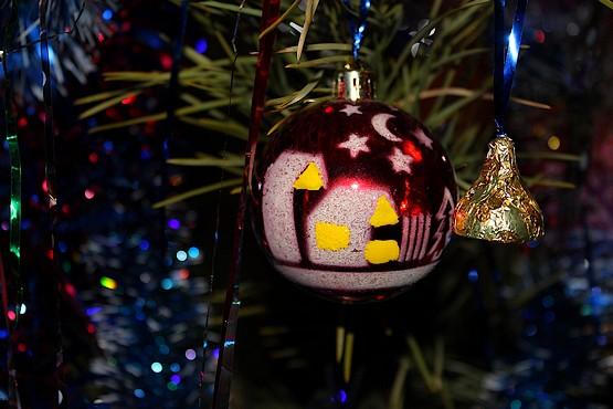 Новогодняя ночь на ёлочной игрушке