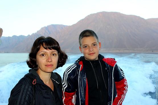 Жена с сыном на фоне красного моря и гор Египта