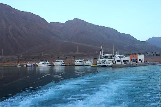 Паром и яхты в порту Табы