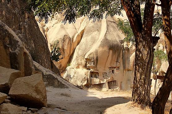 Привал у камней в тени деревьев национального парка Турции