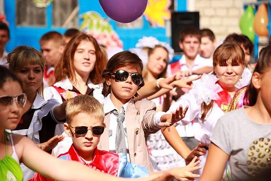 Совместный танец всех школьников