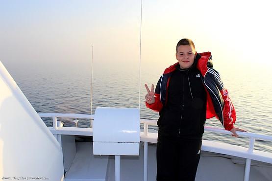 Сын на пароме в Красном море