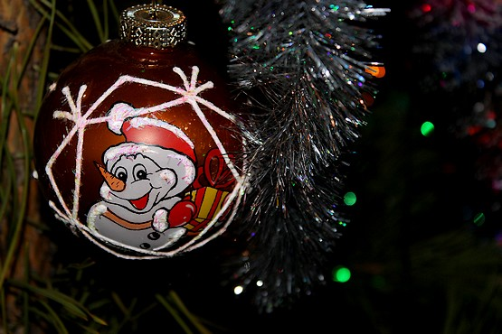 Улыбающийся снеговик на ёлочной игрушке