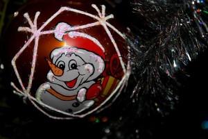 Улыбающийся снеговик с подарком