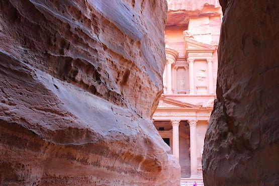 Вид на колонны Сокровищницы Фараона на выходе из каньона Сик