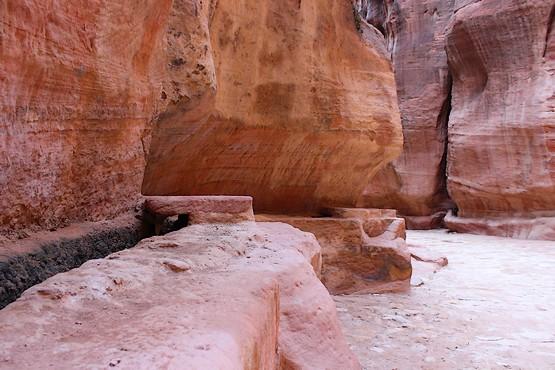 Рукотворный водопровод в скалах