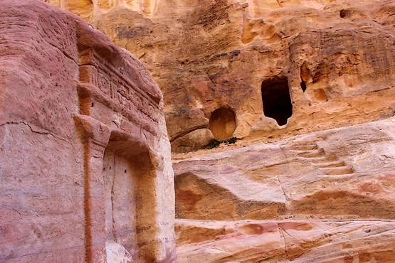 Блок с вырезанным богом Душарой на фоне ступеней в пещеру для жертвоприношений