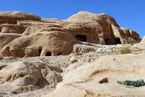 Пещеры перед входом в каньон Сик