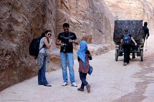 Девочка предлагает путешественникам купить открытки