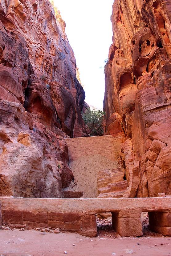 Дамба в скалах Каньона Сик, Иордания
