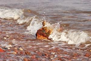 Каменная глыба в волнах Красного моря, Египет