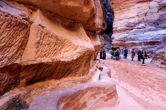 Прогулка между разноцветных скал в Иордании