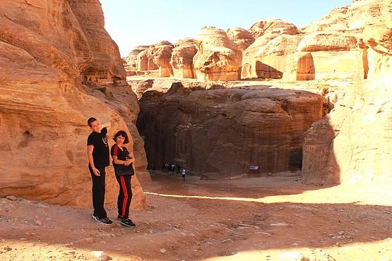 Таня с Алексеем у входа в Каньон Сик