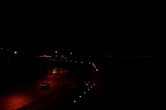 Ночной вид с моста на дорогу