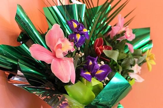 Орхидеи в букете к 8-у марта
