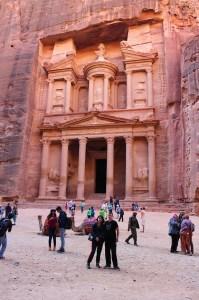 Фотография на фоне Сокровищницы фараона в древнем городе Петра