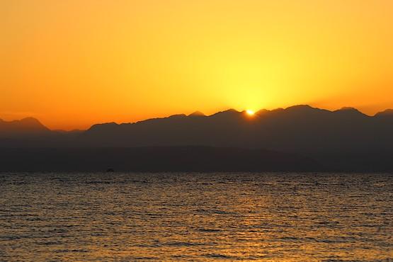Красивый восход солнца над Красным морем из-за гор Иордании