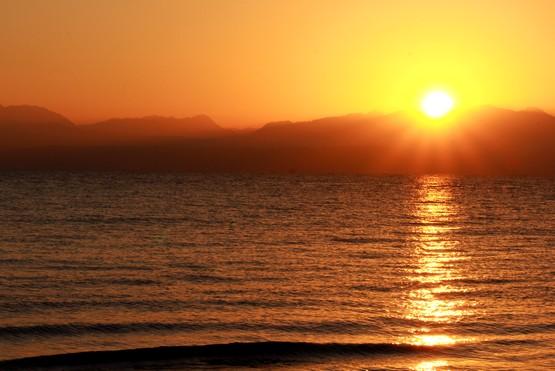 Лучи восходящего солнца над Красным морем в Табе