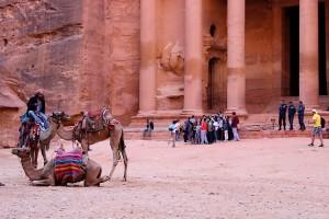 Местное население, полиция и туристы у Эль-Хазна