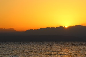 Солнце появляется над Красным морем из-за гор Иордании