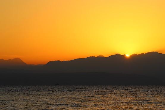 Солнце взошло из-за гор Иордании