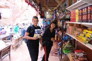 Таня с Алексеем у магазина сувениров в городе Розы