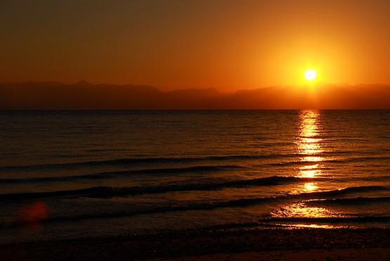 Теплый восход солнца над Красным морем из-за гор Иордании