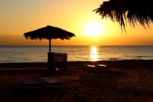Восход над Красным морем в Табе вид с пляжа