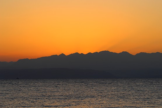 За миг до восхода солнца из-за гор Иордании над Красным морем