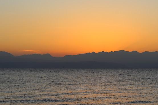За несколько минут до восхода солнца из-за гор Иордании