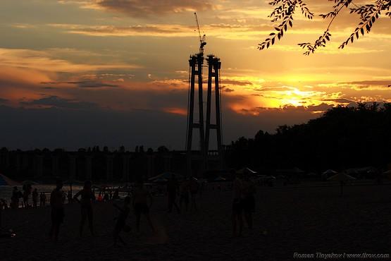 Активный отдых на пляже во время заката