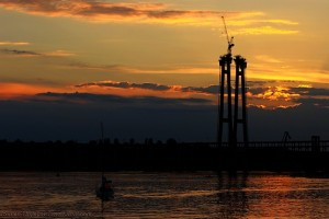 Днепр, яхта и кран в Запорожье на закате дня