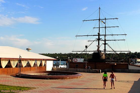 Фотография пиратского корабля на берегу Днепра