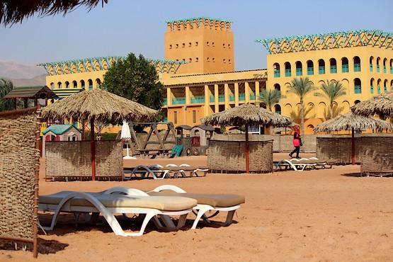 Лежаки на пляже отеля
