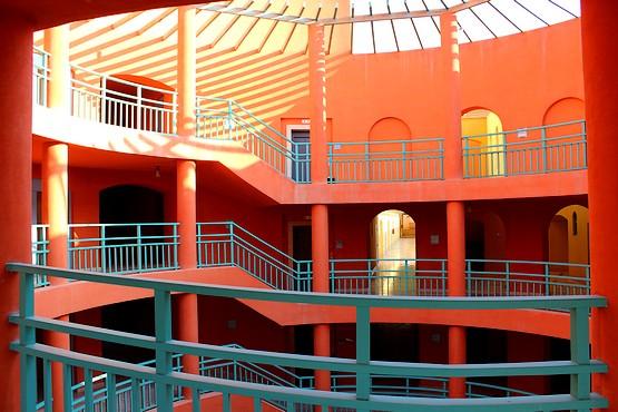 Персиковые тона колонн и лестниц