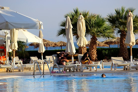 У бассейна в отеле InterСontinental Resort Taba Heights 5*